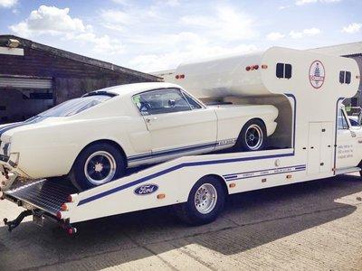 Combo perfecto: Una grúa/caravana Ford F-350 de 1966 para llevar tu Shelby Mustang GT350
