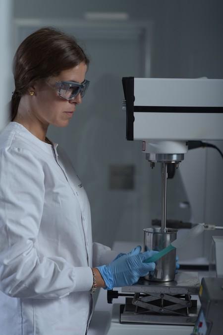 Los laboratorios farmacéuticos de Heliocare (Cantabria Labs) comienzan a fabricar unidades de gel desinfectante para el personal sanitario