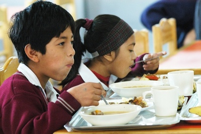 ¿Es correcto que te cobren por llevar tu propia comida al colegio?