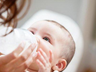 Por qué no se recomienda calentar la leche para el bebé en el microondas