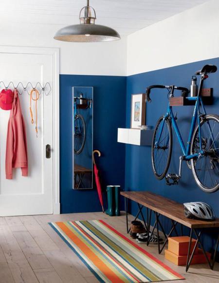 Bicicleta colgada sobre pared azul