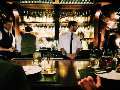 Por qué un camarero maleducado puede arruinar tu comida (e, incluso, su sabor)