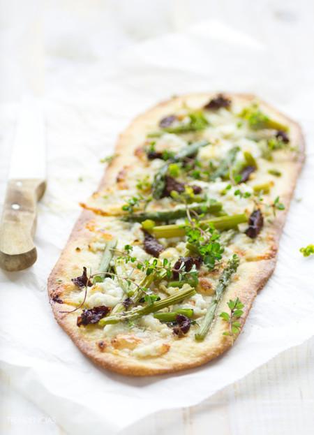 Flatbread de espárragos verdes, miel y queso fresco de cabra. La receta que te hará olvidar a la pizza