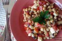 Ensalada de garbanzos, aceitunas, tomate y queso. Receta saludable