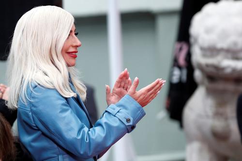 Lady Gaga solo ha necesitado un trench para marcarse el mejor look del día, porque ella es mágica