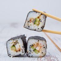 Sushi de camarón, tofu y aguacate. Receta sencilla
