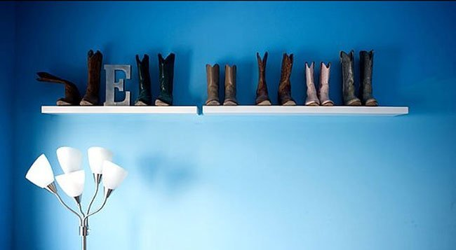 Una colección de botas vaqueras.