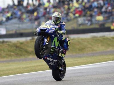 Tras un año de sequía, La Catedral devuelve la victoria a Valentino Rossi en una carrera de MotoGP demencial