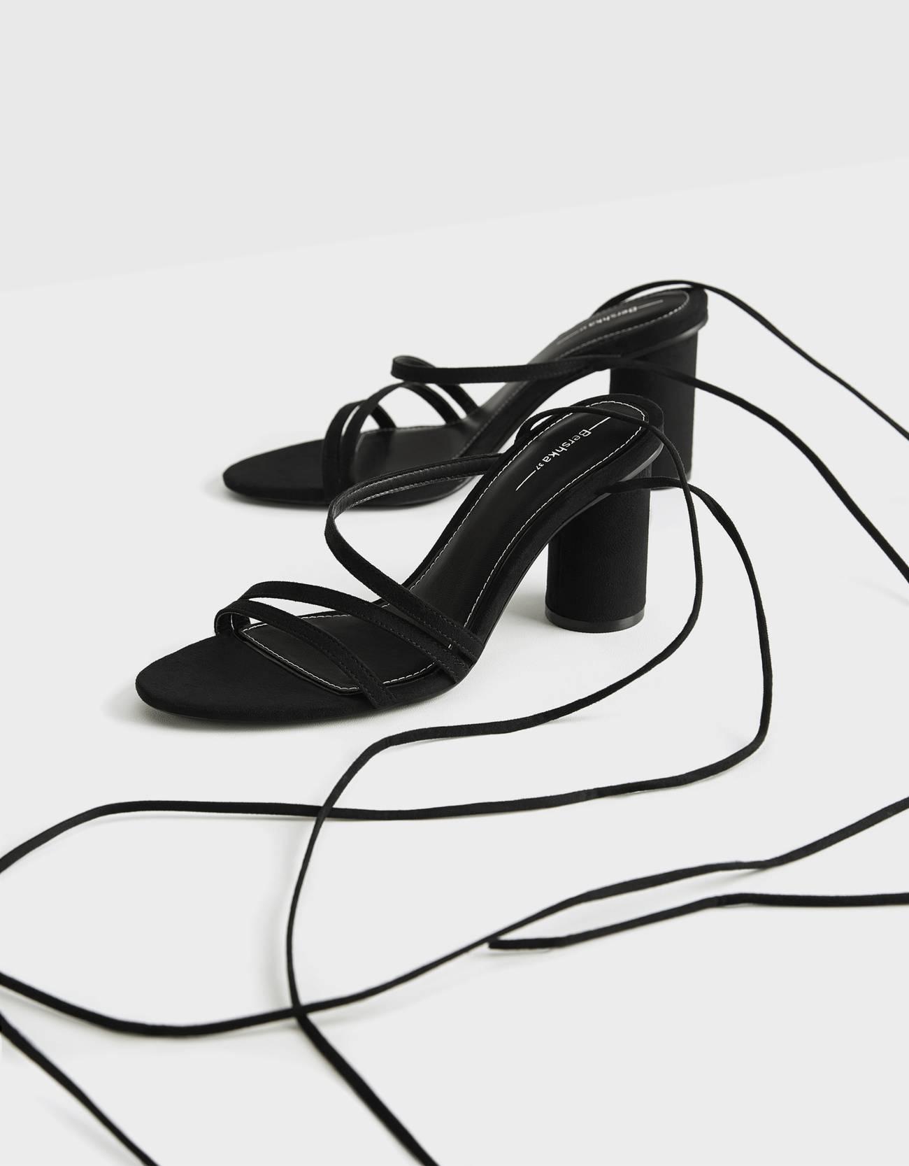 Sandalias de tiras anudadas al tobillo
