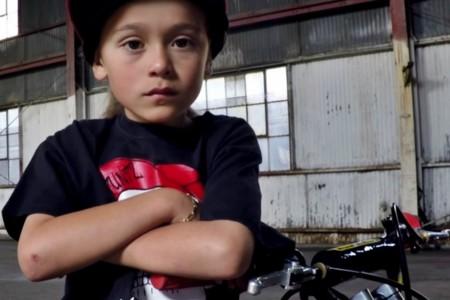 Se llama AJ, y con sólo siete años ya es una futura estrella del stunt