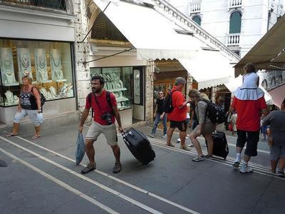 Venecia multará por el uso de maletas con ruedas
