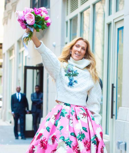 Céline Dion se convierte en Carrie Bradshaw con su llamativo estilismo