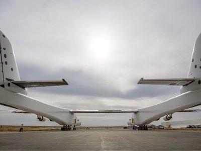 Stratolaunch, el avión más grande del planeta, sigue con sus pruebas en tierra y ya supera los 74 km/h