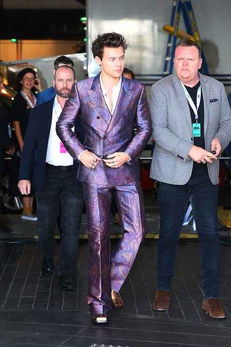 Harry Styles Cambia A Gucci Por Alexander Mcqueen En Un Colorido Look Para Los Premios Aria 03