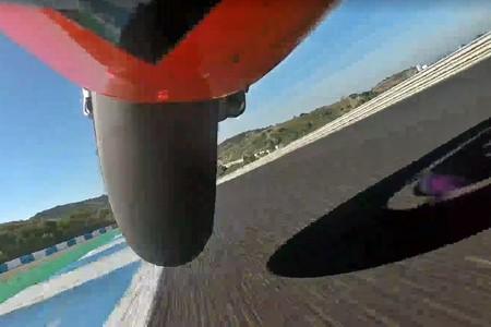 Así de estresante e hipnótico es ser una rueda delantera, una cadena o un amortiguador de MotoGP