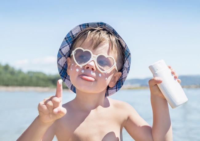 niño-protector-solar-playa