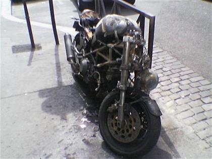 Ducati Monster quemada