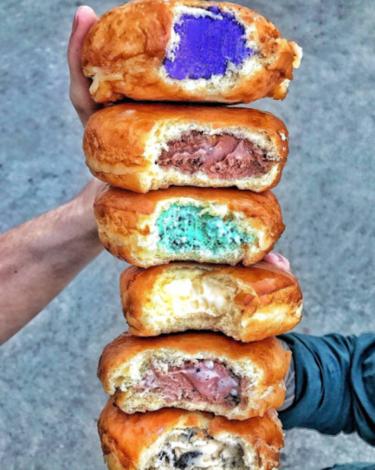 Acabamos de descubrir los donuts rellenos de helado y, como dirían nuestras abuelas, ya no saben qué inventar.