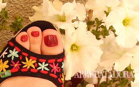 El rojo, el color comodín para tus pies en verano