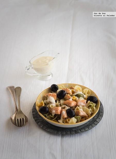 Ensalada de pasta, salmón y salsa ligera al eneldo