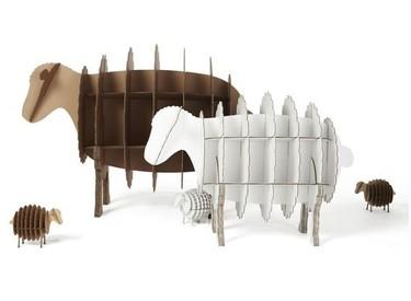 Original estantería de cartón con forma de oveja