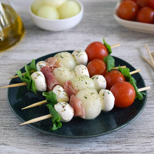Brochetas o pinchos de melón con jamón, mozzarella y tomate cherry: receta de aperitivo fresco y rápido para el verano