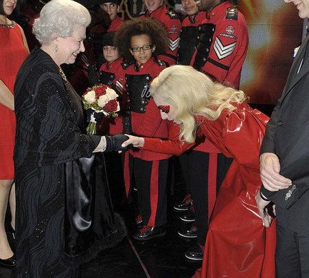 Lady Gaga y Miley Cyrus conocen a la Reina de Inglaterra