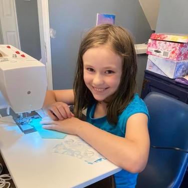 Una niña de nueve años ha confeccionado y donado más de 550 mascarillas durante la pandemia