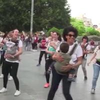 """Alégrate el día: un flashmob de mamás con sus bebés en mochilas bailando al ritmo de """"Despacito"""""""