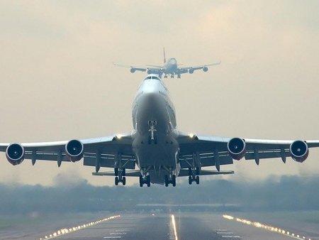 """¿Pagar más por volar en avión """"neutral de carbono"""" sirve para salvar el planeta?"""