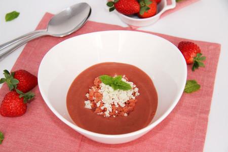 Gazpacho De Fresas Con Granizado De Tomate Y Virutas De Queso De Cabra Con Tmx Servir
