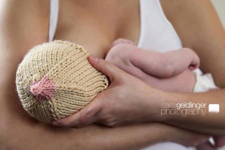 Un gorrito para el bebé con forma de teta