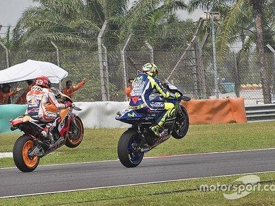 Rossi, Márquez y un caballito a dúo en homenaje de Marco Simoncelli