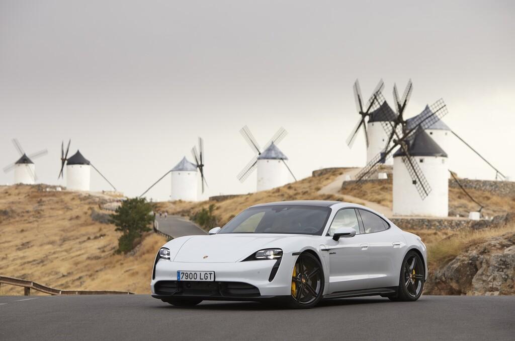 Probamos el Porsche Taycan: el coche eléctrico de hasta 761 CV con tecnología de carreras que quiere barrer a Tesla