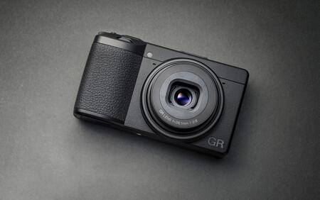 Ricoh GR IIIx, nueva versión de la compacta para fotógrafos callejeros ahora con un objetivo equivalente a un 40 mm