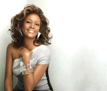 ¡Por Dios! Whitney Houston con el cuerpo aun caliente y ya le estamos vendiendo los vestidos