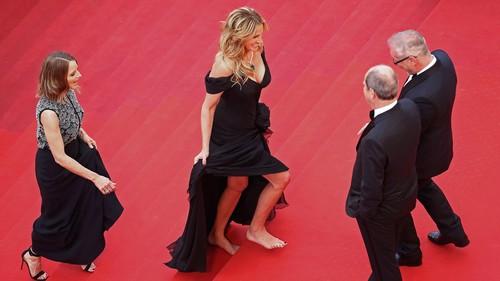 Julia Roberts y Kristen Stewart se descalzan en la alfombra roja de Cannes, la imagen de la semana