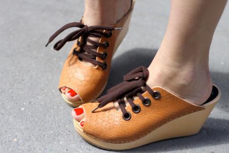 H&M sigue contando con las bloggers para su campaña de los zuecos de Swedish Hasbeens