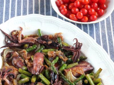 Sartén de chipirones y espárragos encebollados. Receta fácil con tres ingredientes