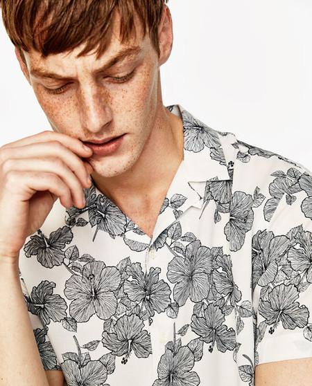 Nos rendimos al cliché de la temporada, que Zara y sus prints botánicos se han ganado el verano