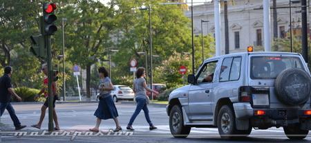 La nota kafkiana del día: le quitan puntos de conductor por cruzar mal como peatón