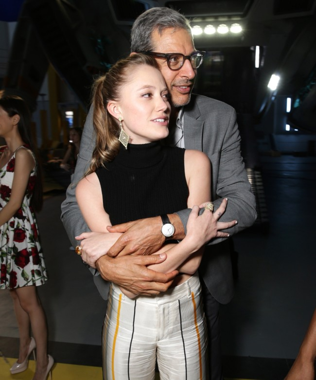 Maika Monroe con Jeff Goldblum