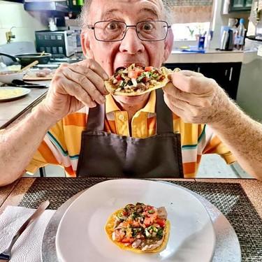 Tito Charly, el abuelito que pasó de ser desempleado, por el Covid 19, a grabar recetas para YouTube y emprendedor exitoso
