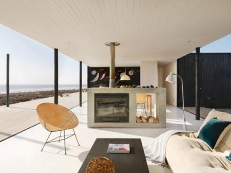 Puertas abiertas: una casa minimalista a pie de playa en Chile