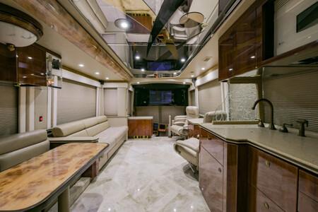 Esta autocaravana de medio millón de dólares es tan excesiva que hasta tiene una habitación en el 'sótano'