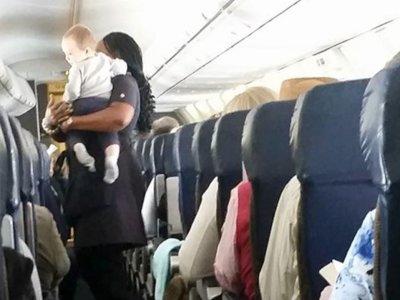 Una azafata se hace famosa gracias al primer vuelo de un bebé