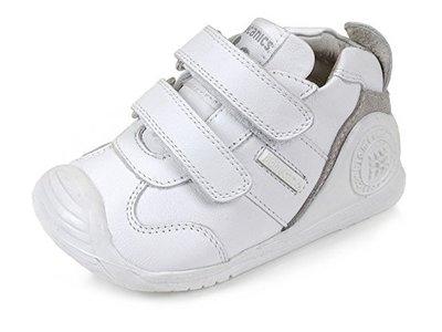 Ahorra en lo mejor para sus primeros pasos:  botas Biomecanics en blanco y gris desde 38,57 euros en Amazon