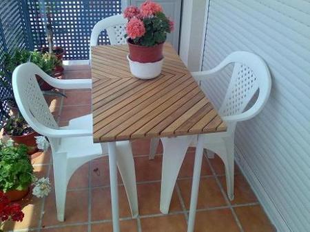 Una mesa para terrazas estrechas for Mesas de terraza y jardin baratas
