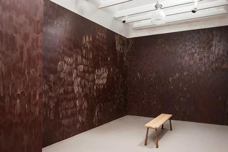 Una habitación con las paredes cubiertas de chocolate