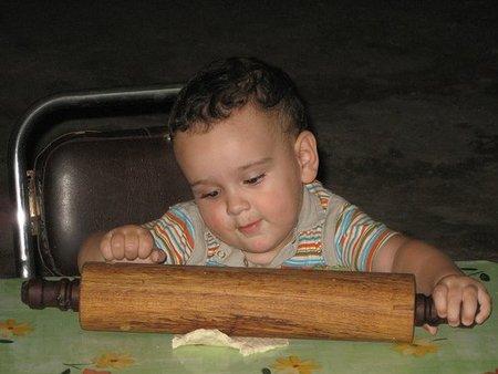 La foto de tu bebé: Santiago con las manos en la masa